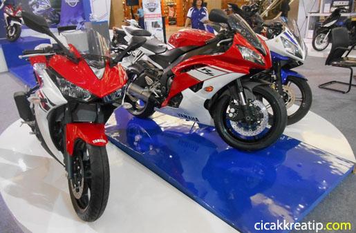 yamaha-r15-dan-yamaha-r25-motor-sport-racing-dan-kencang-menjadikan-warga-surabaya-sebagai-boneka-mainan-sesaat