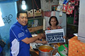 Ibu Juhro pedagang nasi uduk mendapatkan dana bantuan usaha dari PT Yamaha Indonesia Motor Manufacturing yang secara simbolis diserahkan oleh Direktur Sales Sutarya (1)