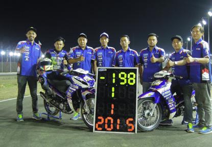 Ahwin Sanjaya dengan Jupiter Z1 memenangi MP3&MP4 seri Grand Final Motoprix 2015 sekaligus juara nasional MP3&MP4 berfoto bersama kru tim Yamaha Yamalube KYT TDR IRC Trijaya