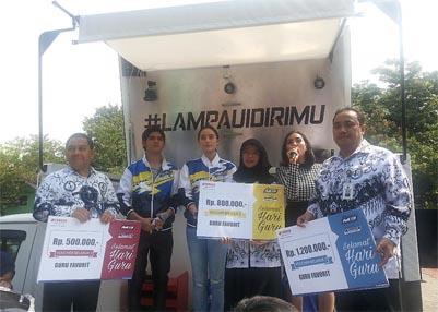Aliando dan Tatjana secara simbolis mewakili Yamaha memberikan hadiah kepada guru favorit SMUN 77 Jakarta