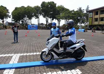 Praktek bridge balance peserta Yamaha Safety Riding Academy di Lapangan Polda Jawa Barat