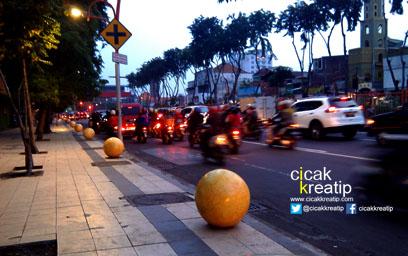 bola-beton-di-pedestrian-jalan-urip-sumoharjo-surabaya