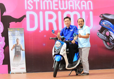 GM Marketing Suraco Jaya Abadi Motor Main Dealer Yamaha di Sulselbar (Frengki J Tunandar) dan Asisten GM Marketing PT Yamaha Indonesia Motor Manufacturing Mohammad Masykur